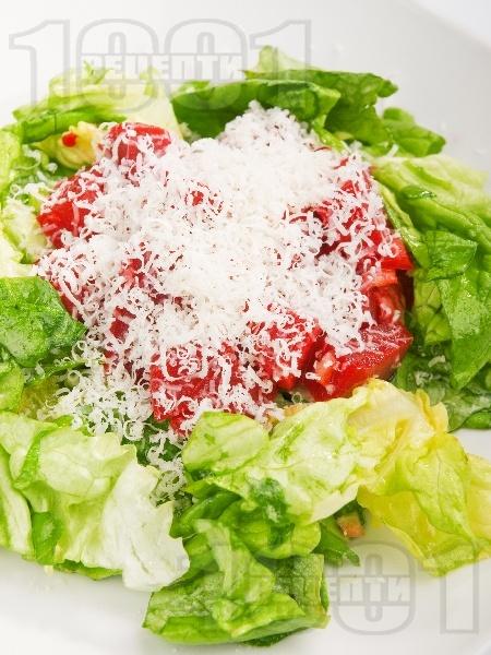 Салата от варено червено цвекло, маруля и листа от цвекло със сирене пармезан - снимка на рецептата